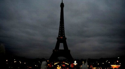 Eiffel Tower during terrorist attacks lights out, check out our travel tips to feel safe before you travel